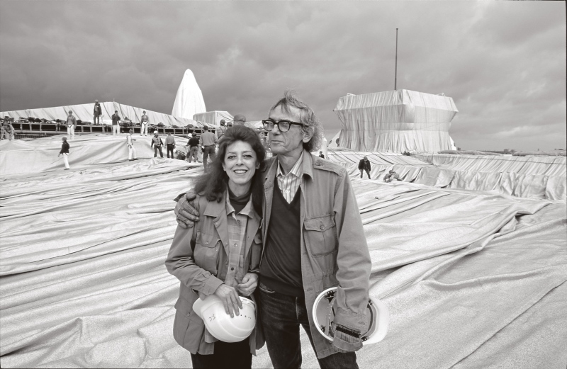 Christo and Jeanne-Claude during the installation of Wrapped Reichstag, Berlin 1995. © Christo, Wolfgang Volz. Photo: Wolfgang Volz